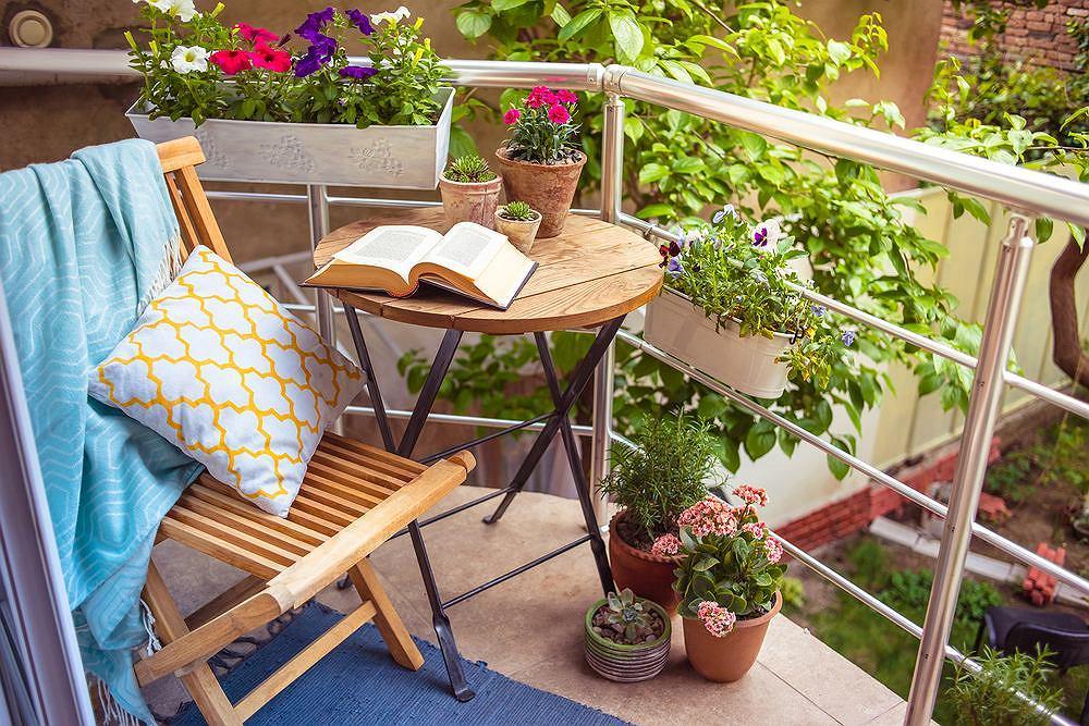 5 hitowych dodatków na balkon z Pepco, H&M i Lidla. Kosztują mniej niż 30 zł (zdjęcie ilustracyjne)