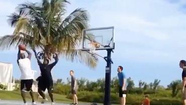 Michael Jordan podczas meczu koszykówki na otwartym boisku z młodymi ludźmi. Źródło: Twitter/ 2020