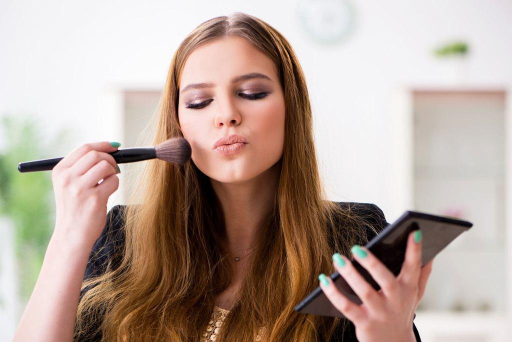 Jak zrobić prosty makijaż na sylwestra? Wystarczy dodać błysk!