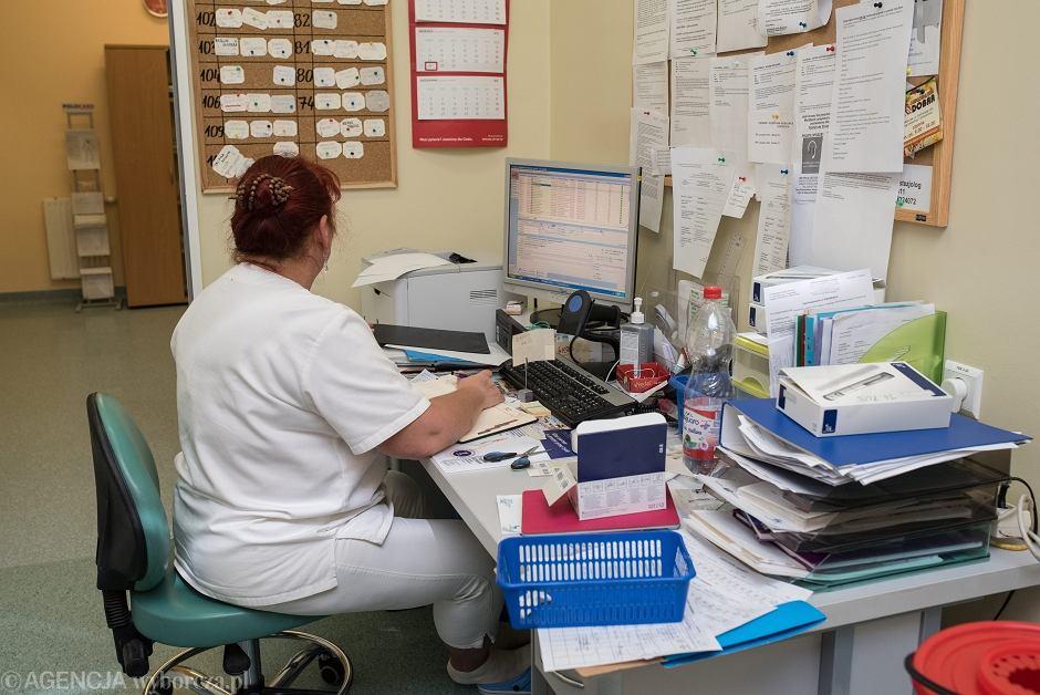 Pielęgniarka podczas dyżuru w uniwersyteckim Szpitalu Medycznym we Wrocławiu - zdjęcie ilustracyjne