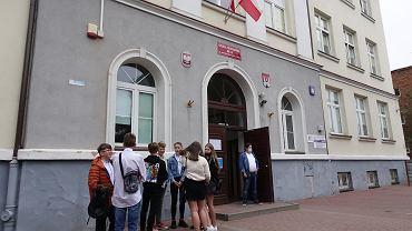 Uczniowie idą na rozpoczęcie roku szkolnego 2020/2021 w SP nr 14 w Płocku