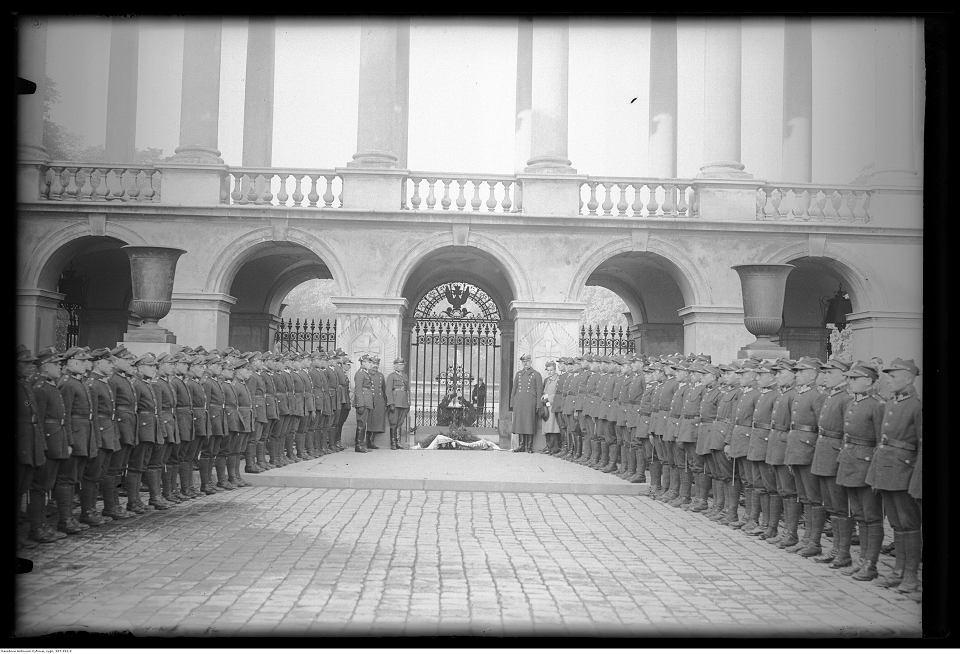 Żołnierze i oficerowie pod Grobem Nieznanego Żołnierza umieszczonego w arkadach Pałacu Saskiego, 7 października 1928 r.