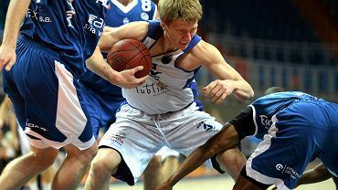 Z piłką Igor Chumakov ze Startu