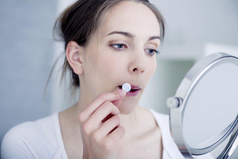 Najlepszym sposobem na pozbycie się opryszczki jest smarowanie zmian maścią, kremem lub żelem o działaniu przeciwzapalnym