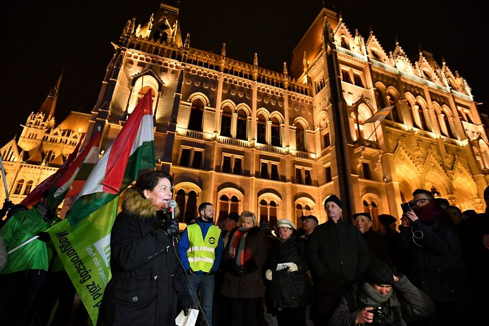 Andrea Varga Damm z opozycyjnej partii Jobbik podczas manifestacji antyrządowej pod węgierskim parlamentem, 14 grudnia 2018.