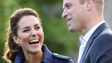 Księżna Kate i książę William przyłapani z dziećmi na lotnisku. Show skradł Louis? Nie, prosta stylizacja Kate!