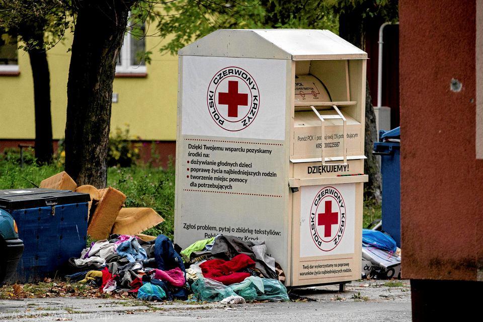 Prokuratura wyjaśnia, co stało się z pieniędzmi za odzież z kontenerów PCK