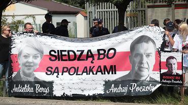 Demonstracja pod ambasadą Białorusi w Warszawie w sprawie uwolnienia przetrzymywanych działaczy mniejszości polskiej, m.in. Andżeliki Borys i Andrzeja Poczobuta, 25 lipca 2021 r.