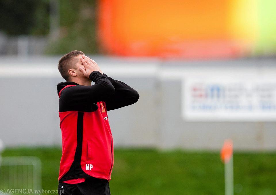 Trener Maciej Pluska w czasie meczu Widzewa z Ruchem Wysokie Mazowieckie