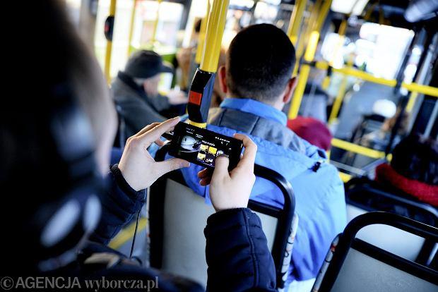 Jak zwrócić uwagę komuś, kto głośno rozmawia przez telefon w autobusie?