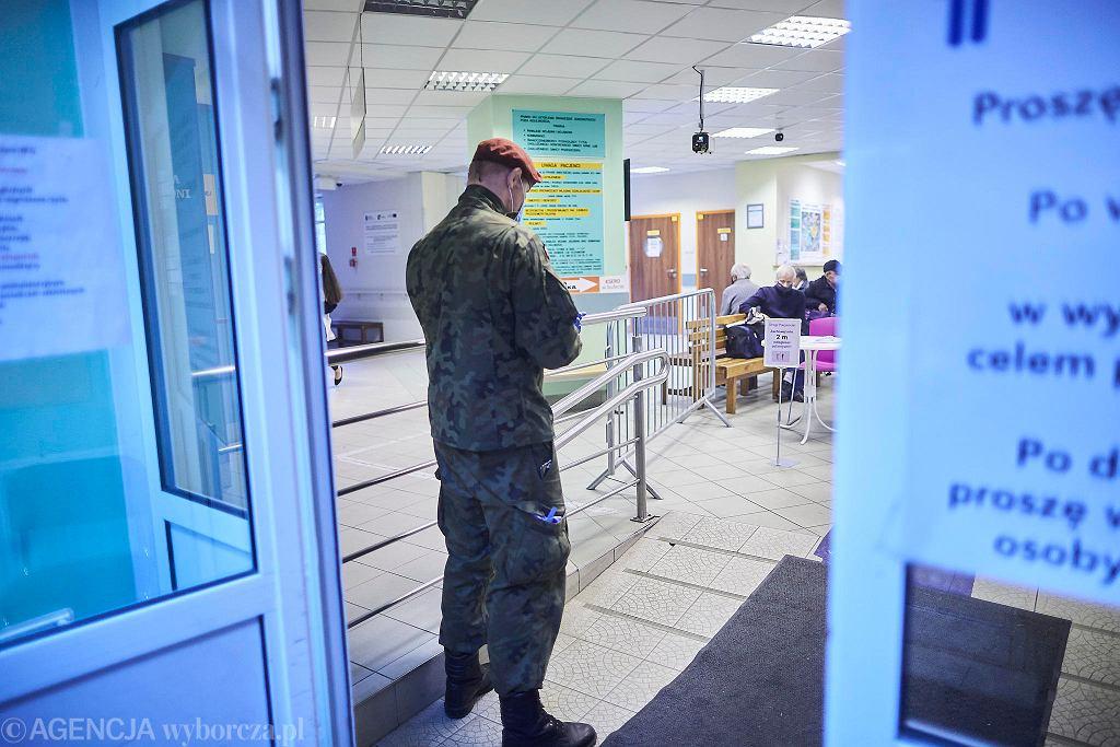 Koronawirus. Żołnierz pomagający personelowi w szpitalu