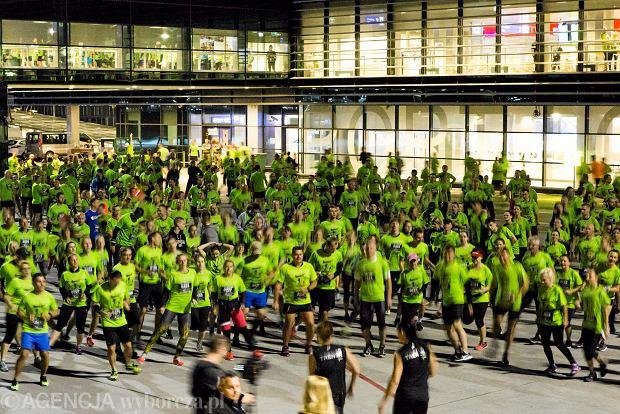 Zdjęcie numer 1 w galerii - SkywayRun 2018. 1000 osób pobiegło w nocy po pasie startowym w Jasionce [ZDJĘCIA]