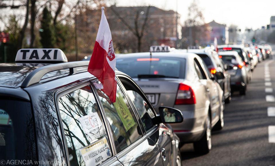 Także taksówkarze chcą, aby ich branża została wsparta w ramach rządowej 'tarczy antykryzysowej'. W Białymstoku i wielu innych miastach zorganizowali protest w związku z tym, że są jej pozbawieni. W ramach protestu kilkadziesiąt taksówek przejechało w kolumnach przez centrum podlaskiej stolicy