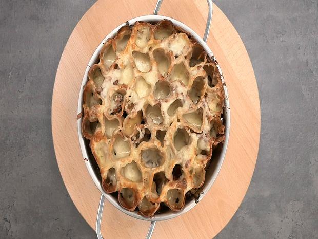 Stojące makarony cannelloni, które wyglądają jak plaster miodu