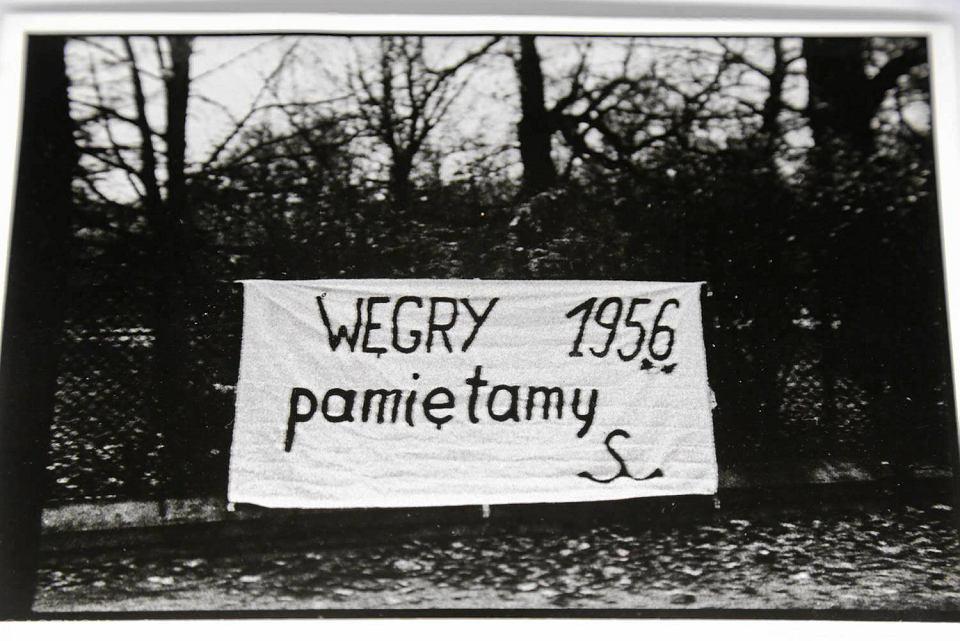Wystawa 'Węgry 1956. Twarze i przedmioty' przygotowana została przez Węgierski Instytut Kultury, Dom Spotkań z Historią i Instytut Europejskiej Sieci Pamięć i Solidarność w partnerstwie z Muzeum Podlaskim w Białymstoku