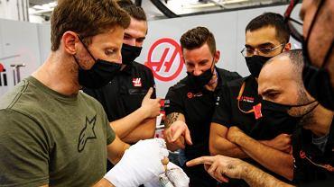 Romain Grosjean podczas wizyty w zespole Haas F1 Team. Źródło: Twitter