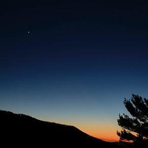 Saturn i Jowisz coraz bliżej siebie na nieboskłonie, ich koniunkcja nazywana jest Gwiazdą Betlejemską