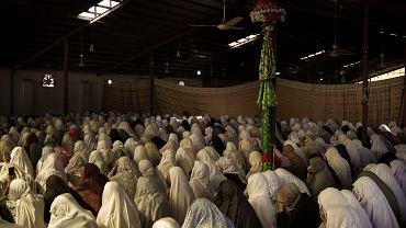 08.10.2021 Afganistan, Kabul. Kobiety podczas modlitw w meczecie.