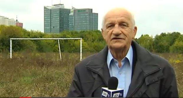 Teodor Napierała z Lecha Poznań na tle ruin stadionu Szyca opowiada, jak na nim grał