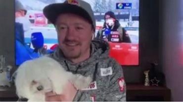 Adam Małysz z psem podczas rozmowy dla TVN24