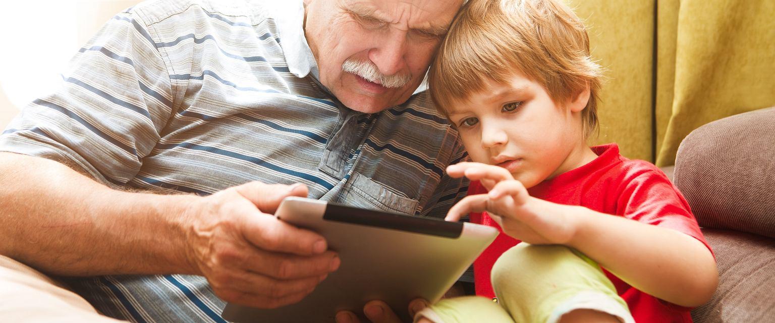 Dziadkowie na emeryturze mogą na spokojnie, bez pośpiechu, poświęcać czas wnuczętom (Fot. Shutterstock)