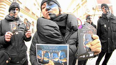 Happening 'Nie kupuj żywych karpi' zorganizowany przez stowarzyszenie Gaja. Warszawa, 14 grudnia 2012 r.