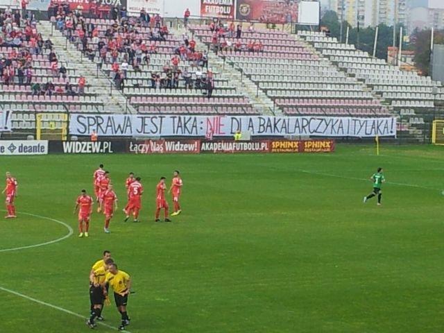 Transparent wywieszony przez kibiców Widzewa Łódź podczas meczu z Flotą Świnoujście