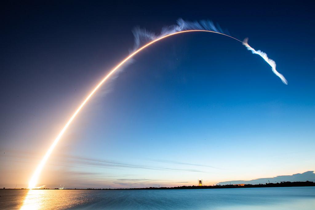 Wystrzeliwanie satelity w kosmos (zdjęcie ilustracyjne)