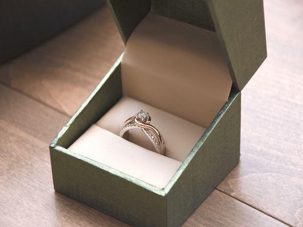 na jakim palcu pierścionek zaręczynowy