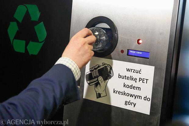 Prezentacja automatu do zwrotu plastikowych butelek w urzędzie miasta w Krakowie
