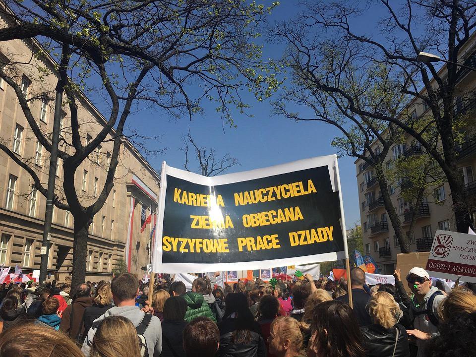 Strajk nauczycieli. Manifestacja pod MEN w Warszawie