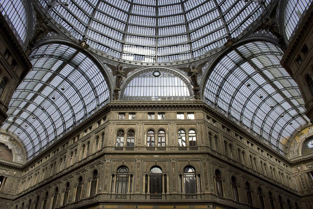 Włochy Neapol - Galeria Umberta I / Shutterstock