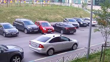 Skasowała kilka aut i odjechała. A miała tylko wyjechać z parkingu