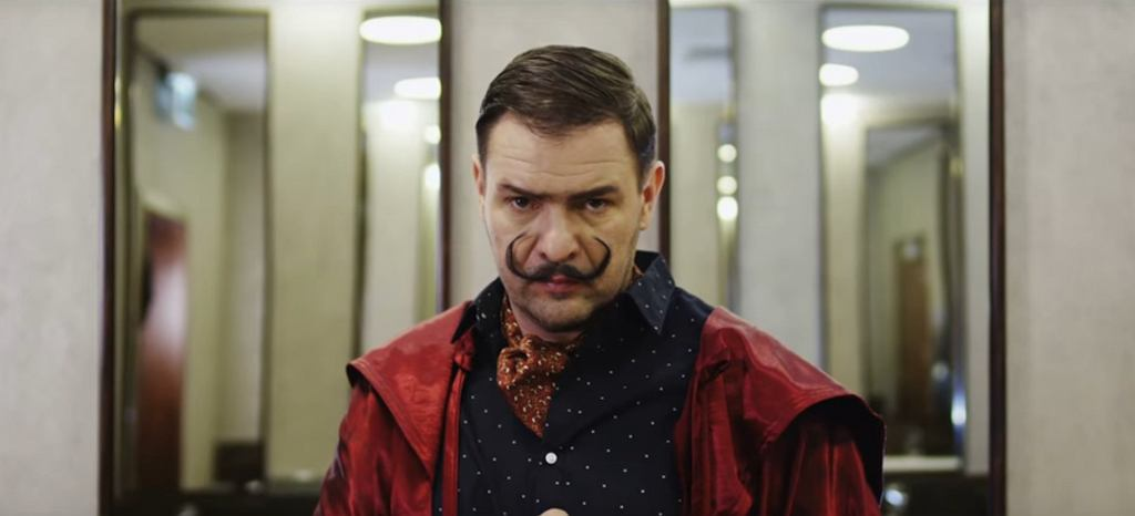 Tomasz Karolak w teledysku 'Skos' / screen z YouTube
