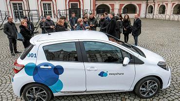 Prezentacja wypożyczalni aut na minuty Easyshare pod urzędem Miasta