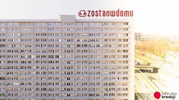 'Zostań w domu' na katowickich budynkach to kampania agencji Fabryka Kreacji.