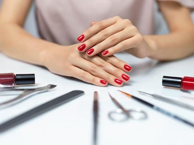 Jak wykonać manicure lakierem winylowym