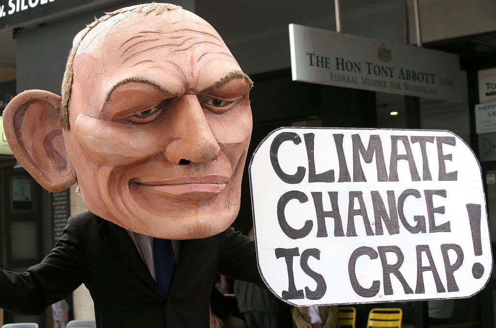 Demonstrant z gigantyczną głową - karykaturą byłego premiera Australii Tony'ego Abbotta podczas protestu przeciwko zmianom klimatycznym. Sydney, 3 maja 2019 r.