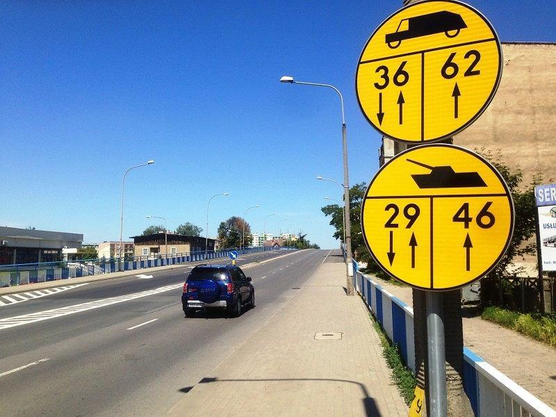 Żółte znaki z czołgami to informacje dla kierowców pojazdów wojskowych