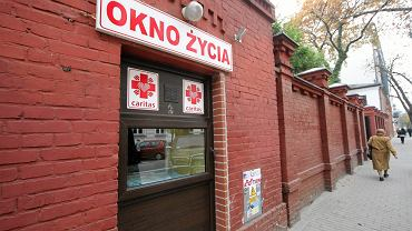 W całej Polsce znajduje się ponad 60 okien życia. Na zdj. okno życia na ul. Hożej 53 w Warszawie (fot. Dariusz Borowicz / AG)