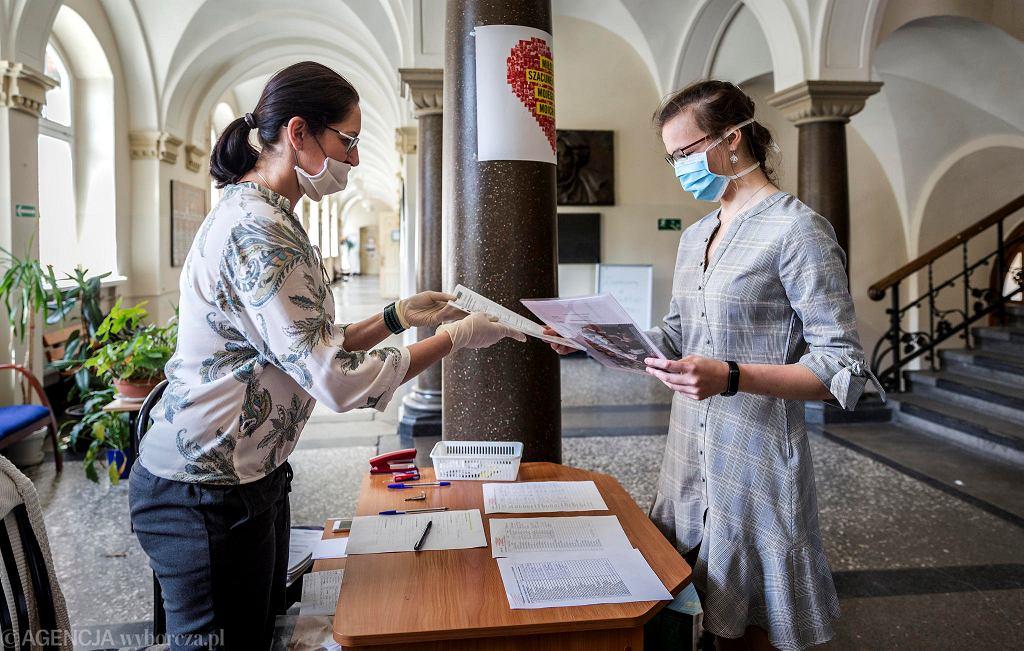 Odbieranie świadectw ukończenia szkoły przez maturzystów z III LO im. Mickiewicza w Katowicach