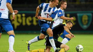 Piłkarze Wisły Puławy (niebiesko-białe koszulki) grają w tym sezonie ze zmiennym szczęściem