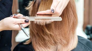 Najbardziej postarzające i kiczowate fryzury. Nie noś ich więcej, bo dodają nawet 15 lat! (zdjęcie ilustracyjne)