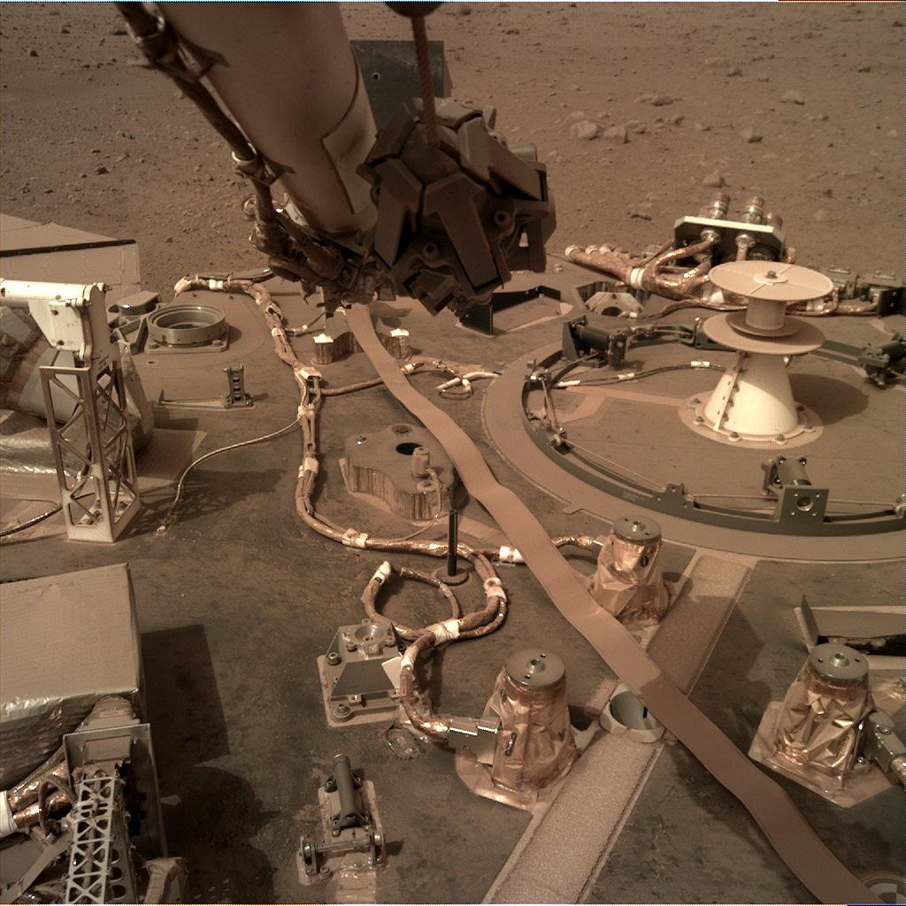Lądownik InSight pokryty pyłem