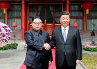 Historyczne spotkanie Xi Jinpinga i Kim Dzong Una. W tle rozmowy o denuklearyzacji Korei Północnej