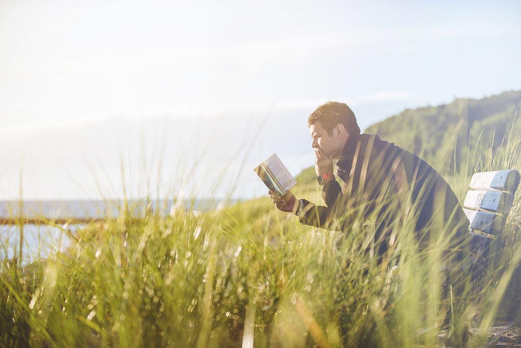 Mężczyzna czyta