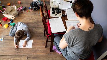 Rodzice ślęczą nad pracami domowymi.