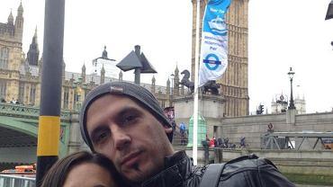 """Jorge Lopez wraz ze swoją żoną Veronicą Brunati. Hiszpańska dziennikarka opublikowała to zdjęcie na swoim Twitterze po śmierci małżonka. """"Jesteś moją miłością, moim światłem"""""""