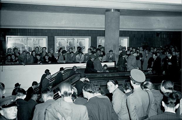 Na pięciolecie Polski Ludowej 22 lipca 1949 r. w Warszawie oddano do użytku Trasę W-Z, a wraz z nią ruchome schody.