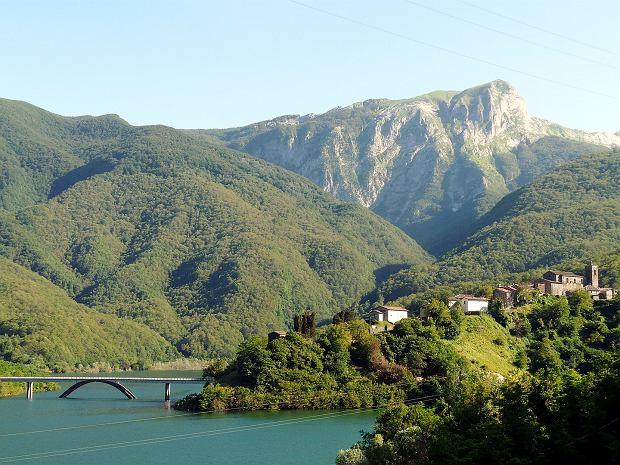 Położone na wzgórzu miasteczko Vagli Sotto